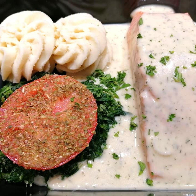 Pavé de saumon sauce vin blanc et aneth, tomate provençale