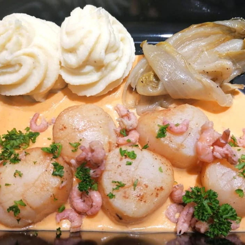 St-Jacques snackées sauce crevettes, chicon braisé