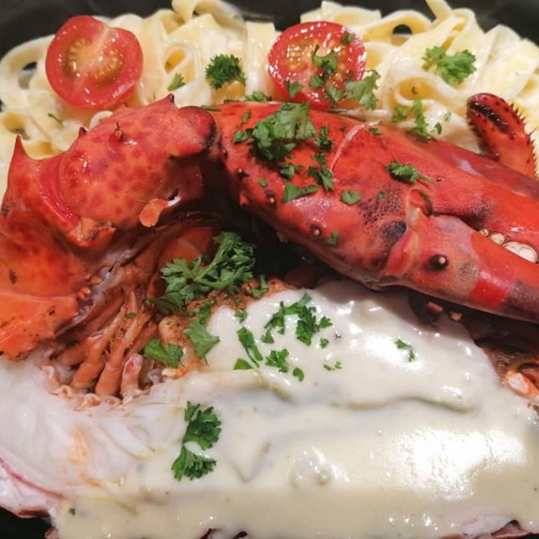 Demi-homard sur lit de tagliatelles sauce truffée
